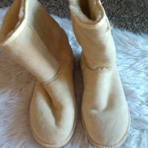 Tan Uggs size 10 have wear.